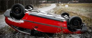 En övergiven bil på Edängevägen hamnade så småningom upp och ner.