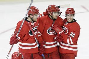 Victor Rask, i mitten, jublar efter ett mål.
