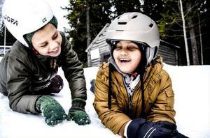 Kokob Johanes och Johana Fioi är vana snowraceråkare. De går till vardags på Kullstaskolan i Hammarstrand men i dag deltog de i familjedagen i rodelbacken.
