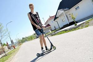 Utomhussäsong. Kickbike är ett stort intresse för 14-åriga Victor Lundqvist.  När det är fint väder kör han ofta utomhus, men på vintrarna blir det i Aktivitetshuset.