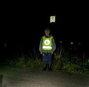 Sexårige Erik Bergman har reflexväst på sig för att synas i den starka trafiken på E14, när han väntar på skolbussen vid hållplatsen som helt saknar belysning.