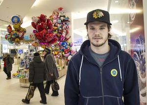 Joakim Andersson i ett köpcentrum under fredagens lediga tid.