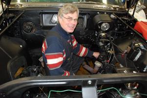 Vårstädning i motorrummet på en Imperial -59. Göran Ambell har mer tid för bilarna nu trots att han fortfarande är senior editor och ny ordförande för CCW.