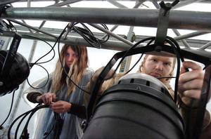 Det krävs koncentration för att allt ska bli rätt. Karla Kallin och Stefan Isaksson jobbar med att koppla ihop sladdar till strålkastare.