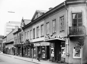 Röda kvarn.  Biografen Röda kvarn tillkom 1913 och stängde 1966. Den låg i hörnet av Stora gatan och Sturegatan, ungefär där mittingången till Punkt finns i dag. 1958 gick västeråsaren på bio minst en gång i månaden. Nu sker det en gång om året, knappt.Foto: Sture Jansson