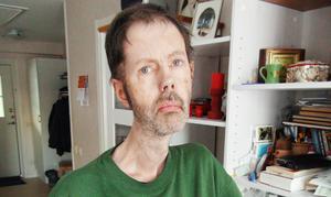Peter Hellrud i Alsen får betala 5200 kronor för resorna till och från jobbet på Frösön. – Jag har en dryg tusenlapp i sjukpeng, fast det hjälper mig inte. Det är reskostnaden som tar knäcken på ekonomin. Jag går back i stort sett varje månad, säger han.