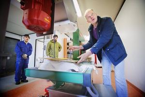 Ny pressteknik. Mångårige journalisten Janne Blomgren har slutat pressa politiker och ska nu pressa äpplen i sitt nya egna musteri i Lina. Medhjälparna heter Samir och Dany.