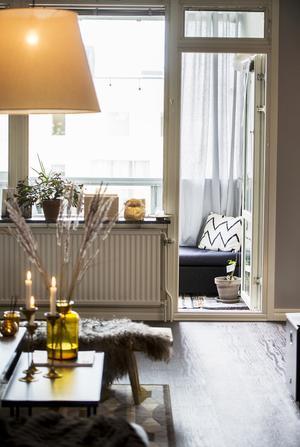 Sommartid är balkongen en förlängning av vardagsrummet och dörren står ofta öppen.