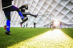 Alla fotbollsspelande barn och ungdomar tvingas konstatera att den i särklass största idrotten har svårt att erbjudas några tider och för ungdomar som inte utövar någon vinteridrott skapas ett glapp. Foto: Robert Jonsson/Arkiv