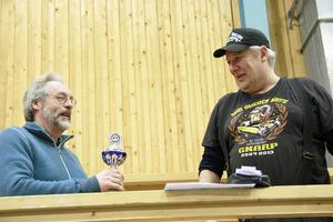 Lars Wasell från Bergsjö blev glatt överraskad då hans Volvo duett knep pokalen för bästa europé, som Tomas Henning överräckte.