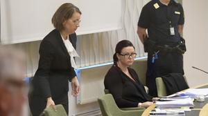 Johanna Möller (till höger) med sin försvarsadvokat Amanda Hikes under rättegången i tingsrätten.