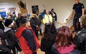 Polisens spaningsledare Jonas Häll informerar de församlade i polishusfoajén.FOTO BOO ERICSSON