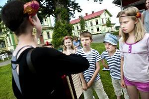 Arga clowner. Från vänster: Thea Nordlund, Ivan och Karl Noreland och Vira Börjesson Hedberg.