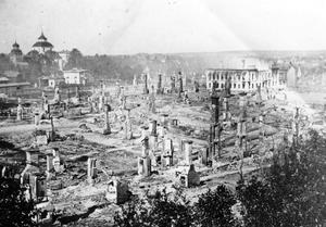 Så här såg det ut direkt efter branden i Söderhamn 1876. Man ser kyrkan i bakgrunden och väggarna på rådhuset som sticker upp bland runinerna.Rådhuset i Söderhamn vann omröstningen om Hälsinglands vackraste hus och fick 1028 röster.
