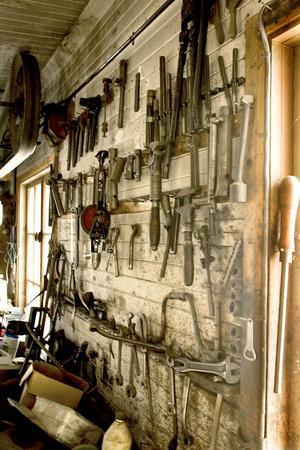 På väggen i verkstaden hänger verktygen fortfarande kvar i rader. Många var specialtillverkade för att klara monteringen av T-Fordarna.
