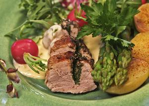 Helstekt fläskfilé fylld med örter, vårprimörer och en silkeslen sås smaksatt med både sallads- och gräslök är påskmat som uppskattas av de flesta.