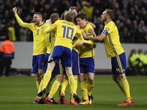 Det svenska laget jublar efter Jakob Johansson mål.