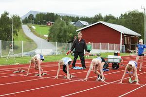 Från tävlingen Öpiadens poängjakt på Söderåsens idrottsplats i Hede den 27 juli2016. På startlinjen för 60 meter står som tvåa från vänster Jonna Persson, Vemhån och intill henne Hilda Hammargård, Vemhån. Stående bakom väntande på nästa heat är Elvira Revelj, Hedeviken. Alla tre tävlande för Vemhåns IK.