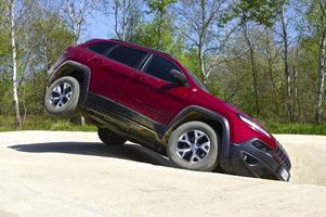 eep Cherokee har klättringsegenskaper som få andra även i enklaste utförandet. Men för att få tillgång till det mest avancerade systemet med bland annat spärrbar differential i bakaxeln krävs en uppgradering till versionen med V6-motor för 434 900 kronor.