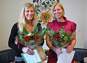 Uppvaktade. Julia Örnevik och Sara Hansson uppvaktades med blommor och stipendium