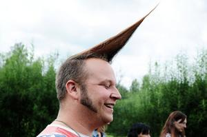 Det tar ungefär 20 minuter för Ronnie Färkers från Bjursås, att spraya och fixa sin frisyr.