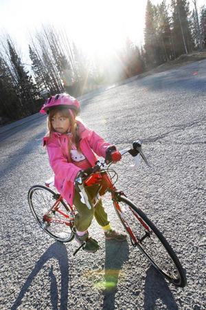 Racercykeln är en ny bekantskap för sju-åriga Olivia Karlsson denna vår.