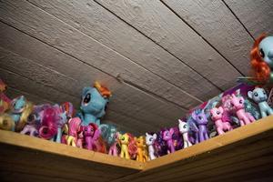 De nyaste ponnyerna står högst upp. De kallas även för generation fyra-ponnys.