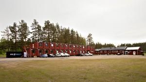 JAIK-vallen har gjorts i ordning för vindkraftsteknikerna. Där finns nu storkök, hotell, biograf och spelrum.