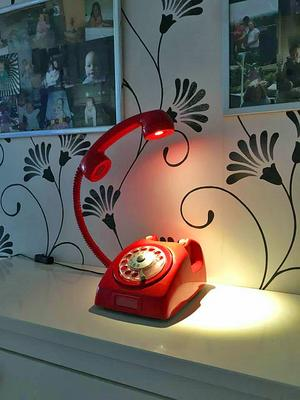 En telefon blev en bordslampa, en av många ideer som familjen Persson förverkligat.