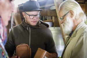 Gustav Lindholm fick lära sig av Dan Uhrbom om vad man kan ta till vara på i det vilda.