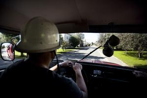 Att manövrera brandbilen i byn är inte det lättaste.