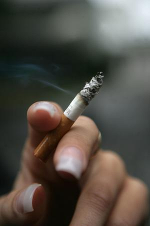 Det är förbjudet att röka på skolområden. Men det struntar både elever och vuxna i på flera skolor runt om i länet.