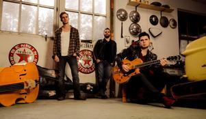 Rockabillybandet John Lindberg Trio gästar i kväll, fredag, O'Learys i Ö-vik.