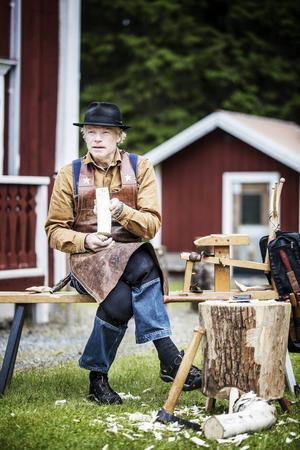 Slöjdaren Jögge Sundqvist, Surolle, höll i helgen kurs på Mus-Olles museum i Ytterån.    – När jag gör slevar blir det massproduktion. Då gör jag 20–30 stycken åt gången, säger han.