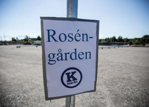 I väntan på definitivt besked över vad som skulle hända med området mellan Knutpunkten och Korsnäsvägen lyckades dåvarande oppositionsrådet Mikael Rosén (M) få till en tillfällig parkering – därav det icke officiella men ganska fyndiga namnet Roséngården.