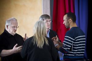 Från vänster: Mårten Dalskjär från VIF, Annasara Svantesson (V) från omsorgsnämnden, Roger Walter från Frivilligcentralen och Mostafa Touil från VIF.