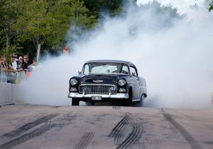 Ulf Clerkeborn inledde årets burnout-uppvisning i sin Chevrolet 55 Belair.