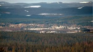 Från Stafsberg ser man bort mot de blå hälsingebergen och Voxnadalen.