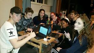 Niondeklassarna på Söderbaumska skolan höll natten till onsdag valvaka.