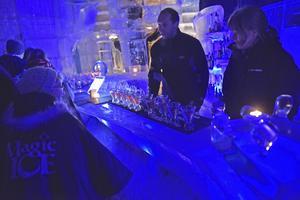 Kalla drinkar serveras på Magic Ice Bar i Svolvaer.   Foto: Jesper Zacharias