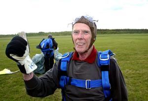 Så här såg det ut för åtta år sedan när Gunnar Jonasson hoppade fallskärm. I går var det dags igen.