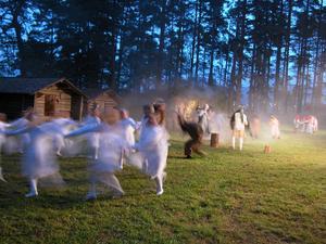 Älvor. Vackert dansade älvorna runt i en ring, en trolsk stämning. Foto:Lovisa Svenn
