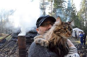 Kattvän. Rikard Holmström med sin katt Valtra vid milan i Hjälmsäter.
