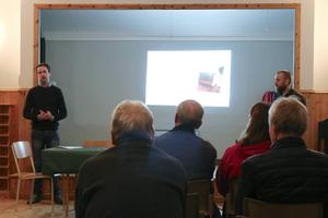 Richard Alfvén och Erik Hedberg Frank från Migrationsverket i Östersund informerade bybor i Stavre hembygdsgård.