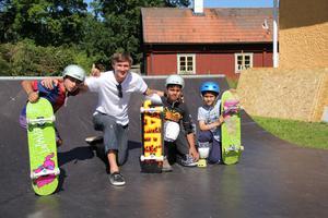 Från vänster, Mohammad, Hossein och Milad är glada över nya attraktionen och sina skateboards.