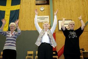 I seniordansen dansar alla med alla eftersom man i en dans byter partner flera gånger. Ruth Nylund, Elsie Eng och Mari-Ann Dahlén har dansat hela dagen.