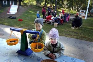 Vilken väger mest? Barnen får testa att lägga stenar och kottar i vågskålarna för att få dem att tippa över.