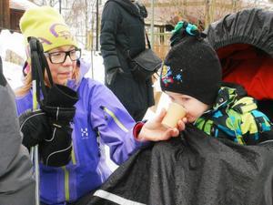 Pernilla Magnusson gav lille sonen Vilgot varm saft vilket uppskattades.