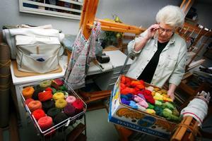 """Ulla Halvarsson gjorde nyligen ett klipp och köpte växtfärgade garner till en billig peng. """"Just nu tänkte jag försöka mig på att väva en rana"""" säger Ulla, som har vävt hela sitt liv, men aldrig någon rana."""