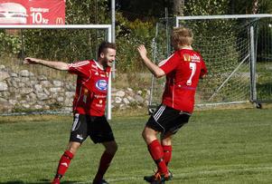 Andreas Smedbakken firar ett av sina två mål mot Anundsjö tillsammans med Marcus Larsson.